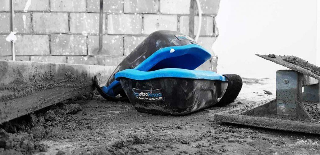 UltraKnee Hammock 2 kniebeschermers tijdens het storten van een vloertje